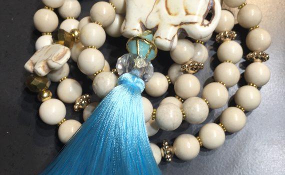 Perles de gemmes et pompon en soie...